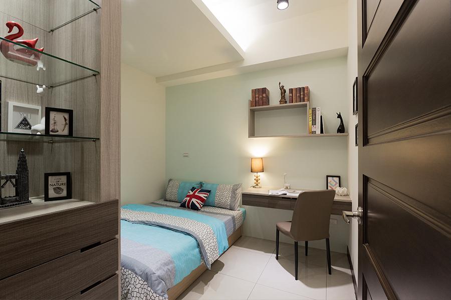 臥室,次臥,主臥於主牆採用跳色能量飽滿的色彩,系統櫃,衣櫥,傢俱,床頭櫃,床-室內設計,室內裝潢,裝潢,裝修,桃園室內設計,中壢室內設計,雅和室內設計,雅和設計