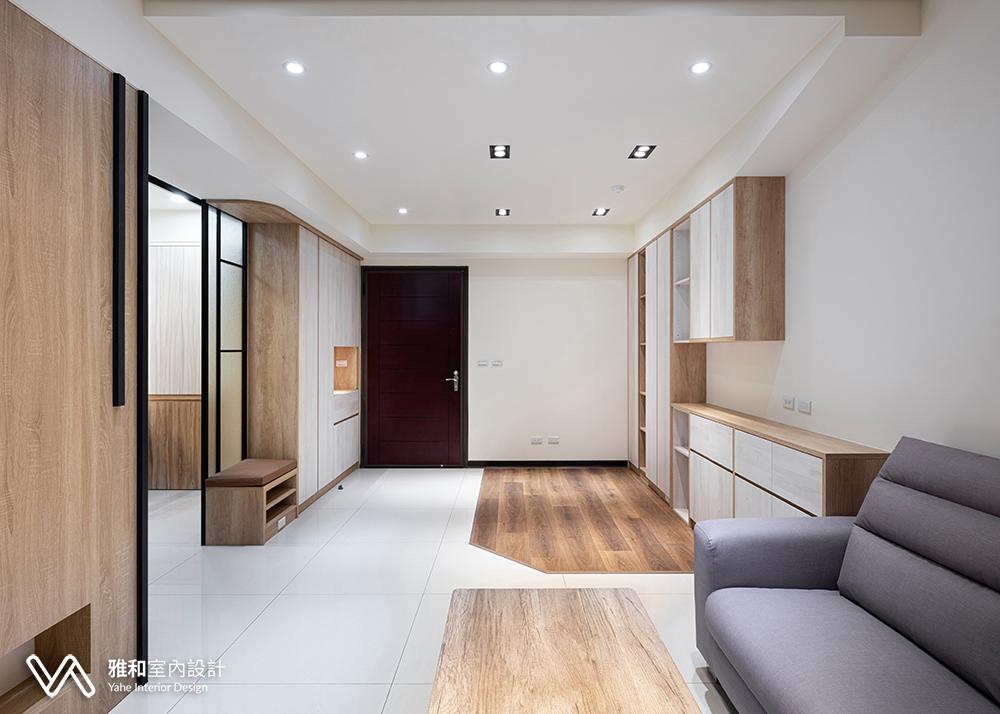 公共領域用木地板跟瓷磚地板來區分閱讀空間跟客廳,可以在這裡放健身器材,不但可以閱讀還可以運動。