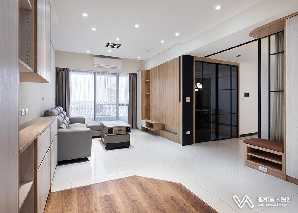 客廳電視牆與廚房門的一體設計,各場域串聯,拉寬場域橫向尺度,成功延伸寬闊景深,放大空間視覺感