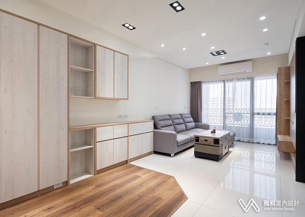 客廳旁多了一排收納櫃,可以把雜物都放進去。善用空間貼心設計,小坪數想擁有寬敞的生活空間非難事。