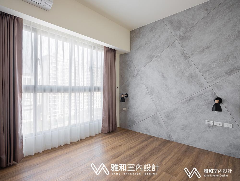 臥室牆面是有質感的雲朵清水模,搭配耐磨木質地板,就很有溫度,一進房就有放鬆的感覺。