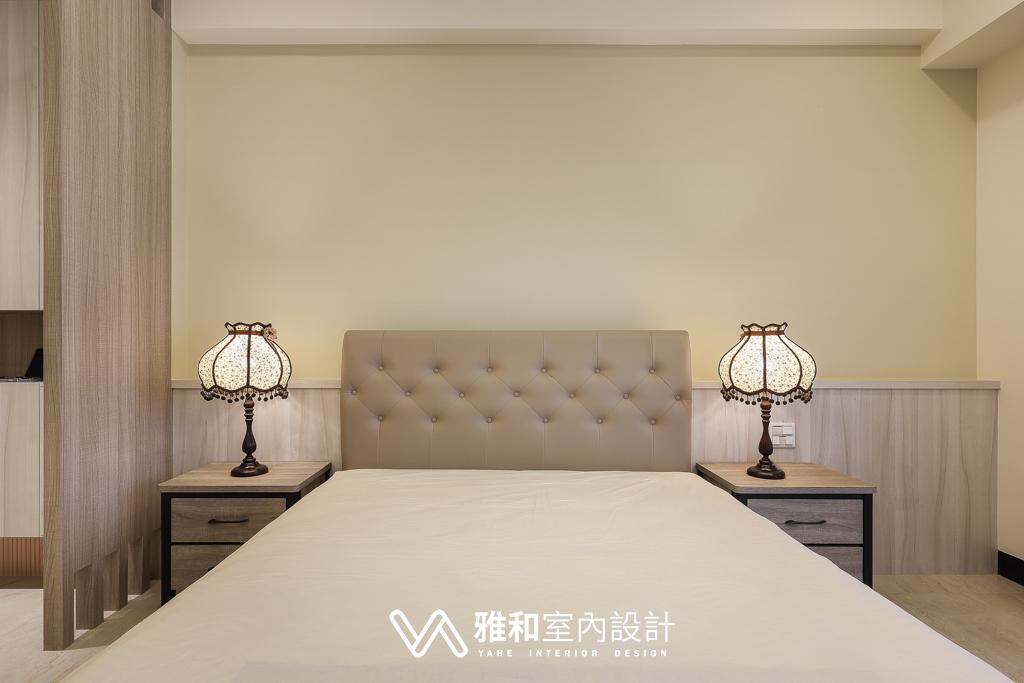 木質半矮床頭板搭杏色牆面,打造溫暖舒適女孩房。