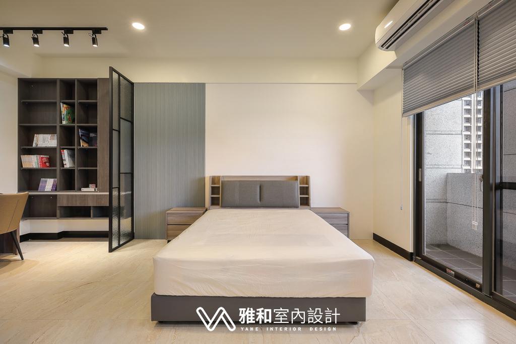 床頭:淺灰造型牆板緩和書櫃與鋁框的深色,使白色壁紙能緩和銜接。