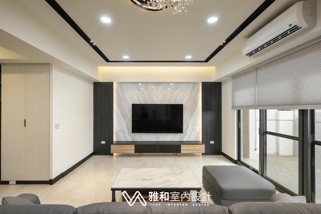 天花板:前後間接照明,中間設計黑色溝槽,讓空間有了更多層次。