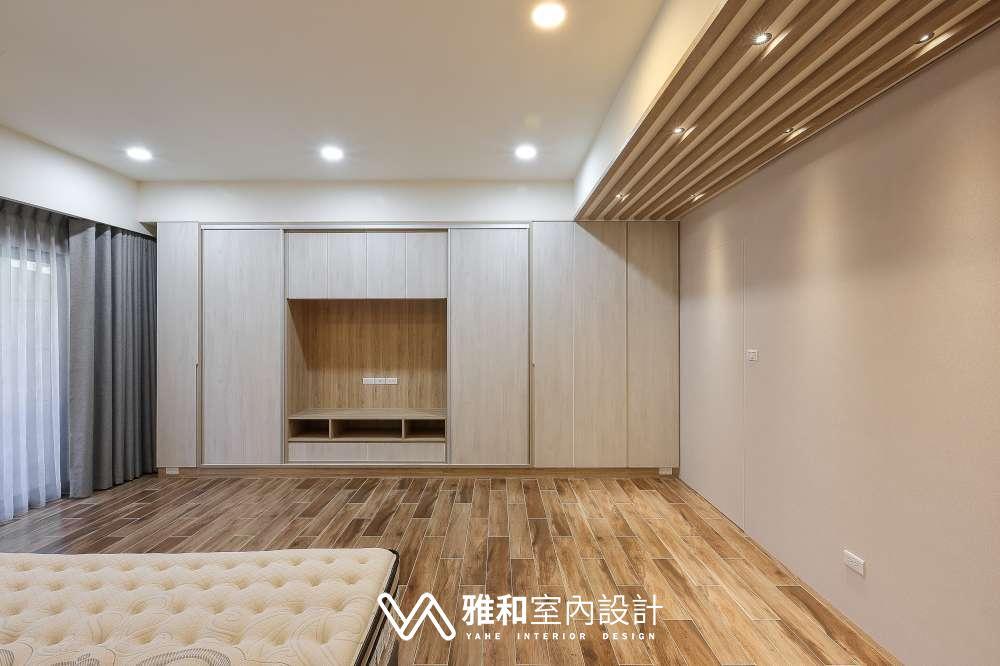 拉門式電視櫃與主臥室格柵天花:貼木紋的格柵增加天花板立體感。