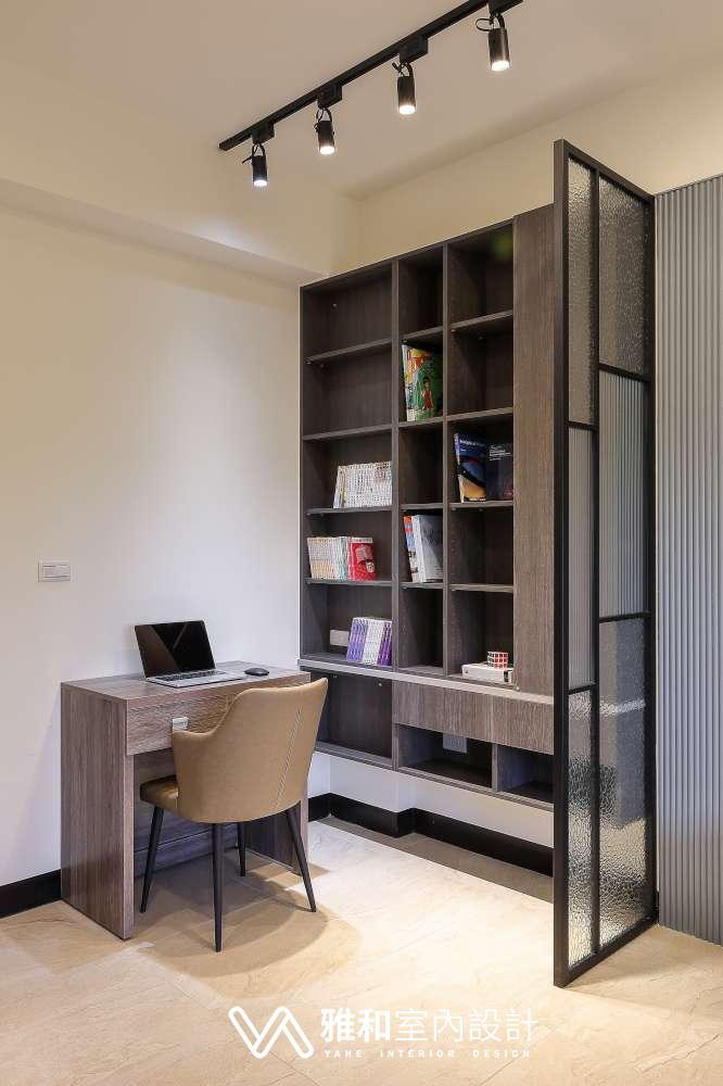 男孩房書櫃:懸空設計加上開放展示櫃,讓書櫃成為房間內的一處端景。