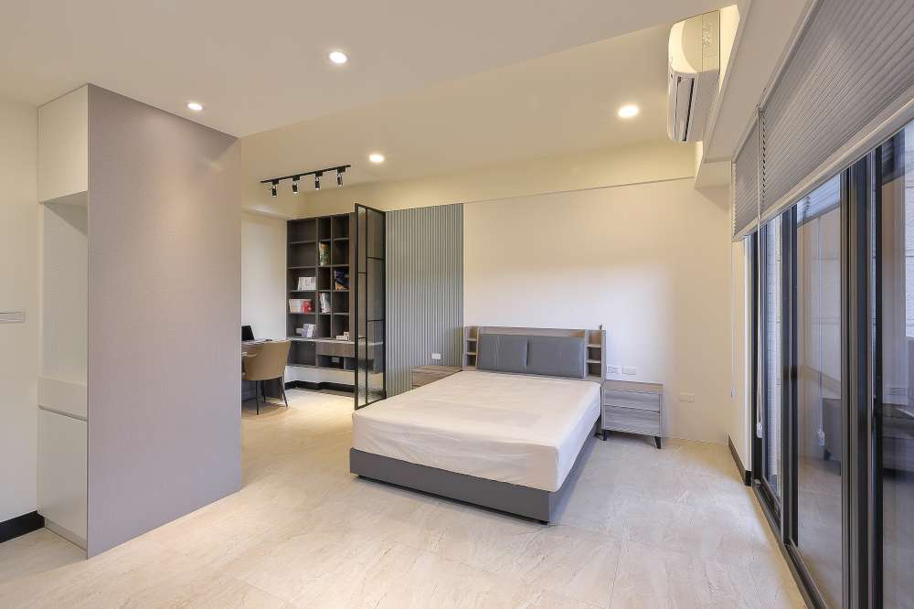 男孩房床頭淺灰造型牆板巧搭白色壁紙,舒服緩和深色的鋁框與書櫃。